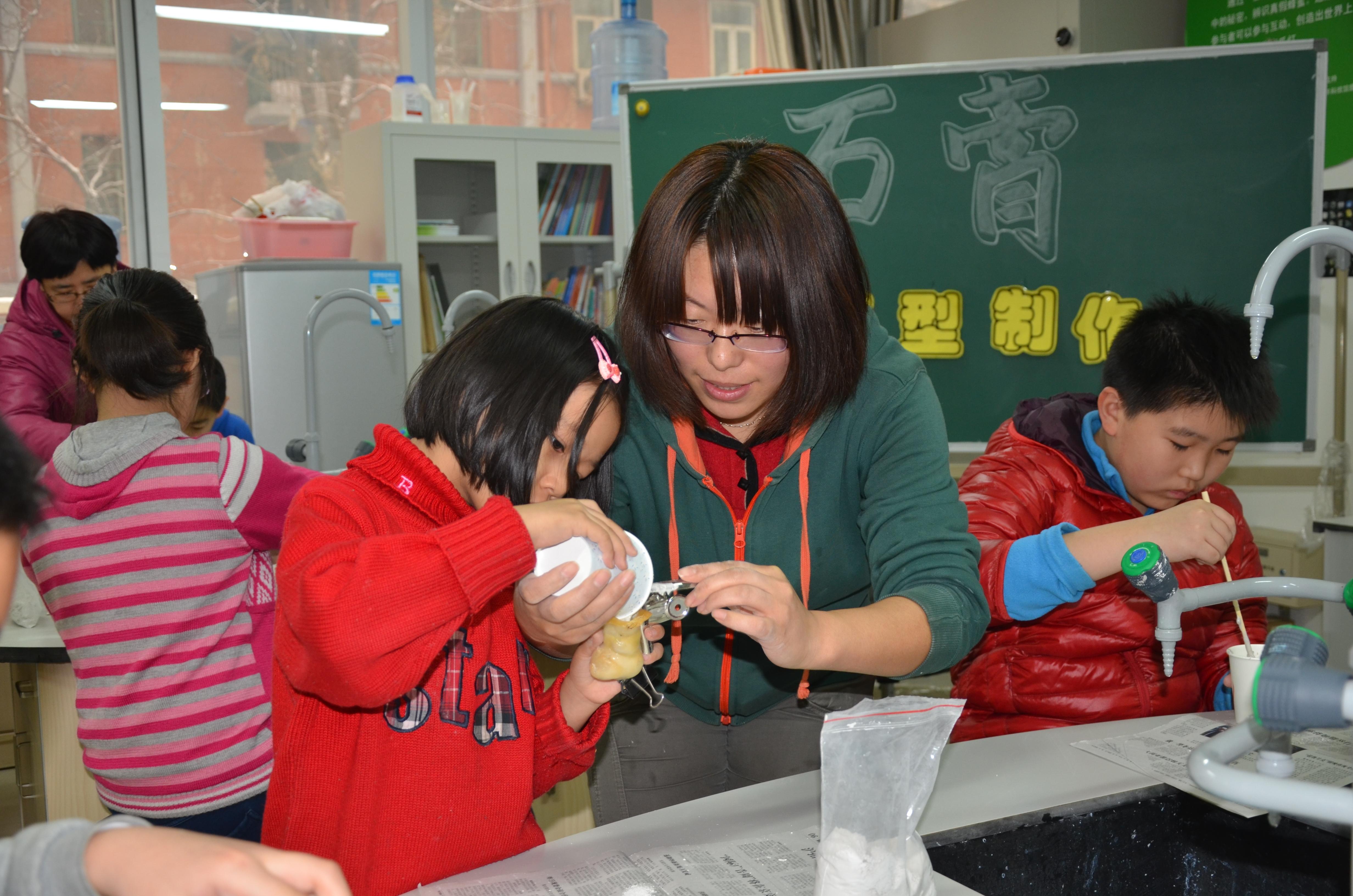 化学组教师在指导学生进行石膏模型制作