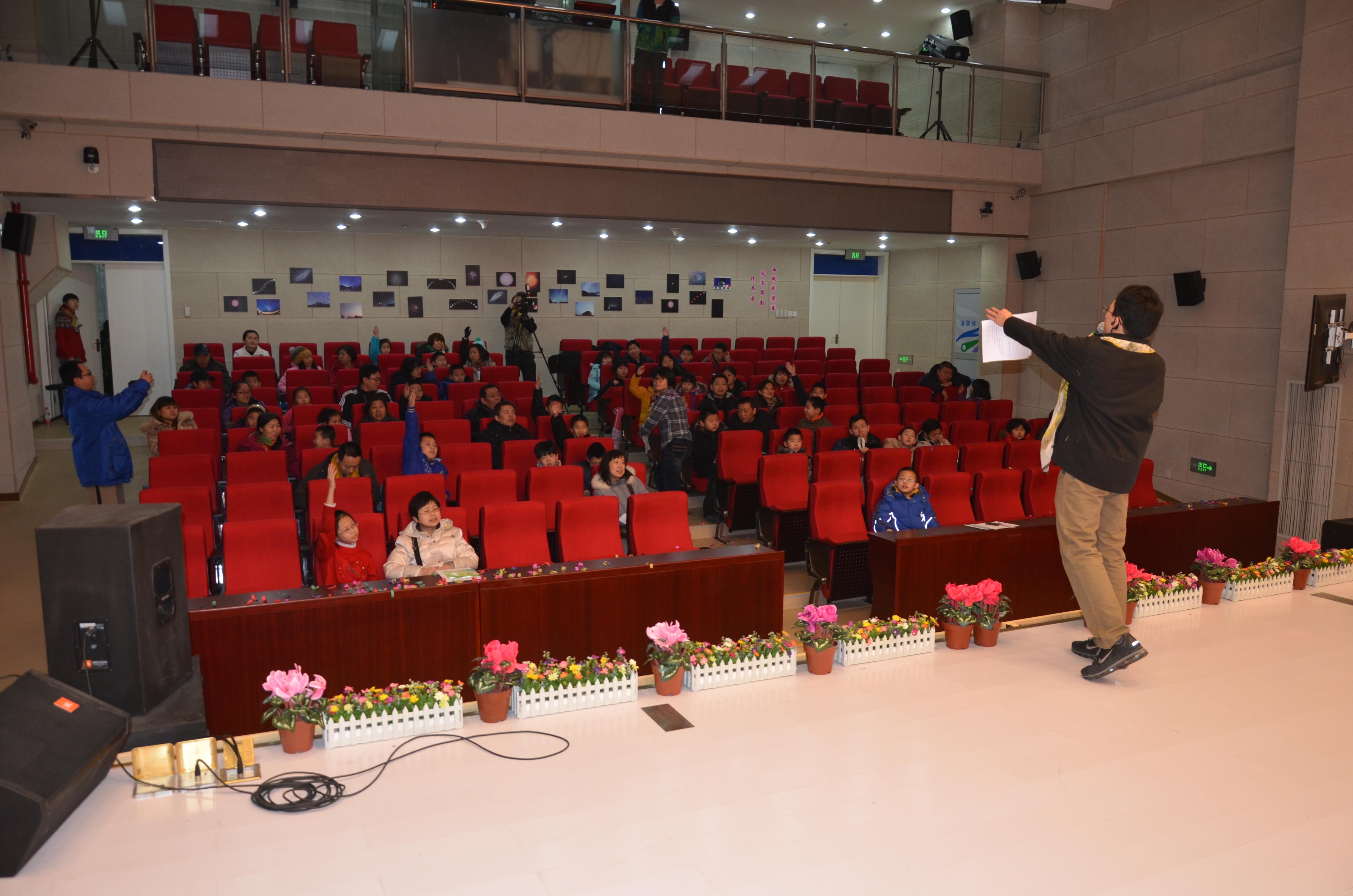 生物组老师在组织观众进行现场知识问答